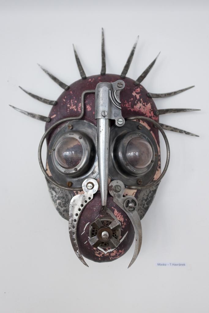 Maska I., ocel, sklo, 14 500 Kč (bez DPH)